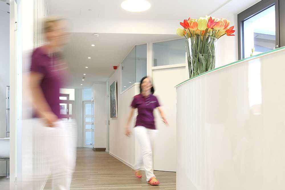 Zahnärzte Reutlingen - Gössel - Mitarbeiterinnen im Flur der Praxis