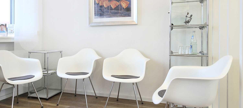 Zahnärzte Reutlingen - Gössel - Stühle im Wartebereich der Praxis